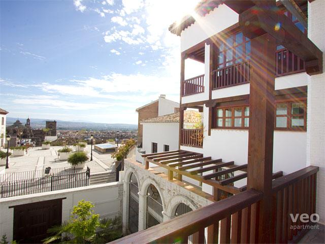 View towards the Cathedral from the apartment entrance door. - San José 7 | Duplex with parking in Albaicín - Granada - rentals