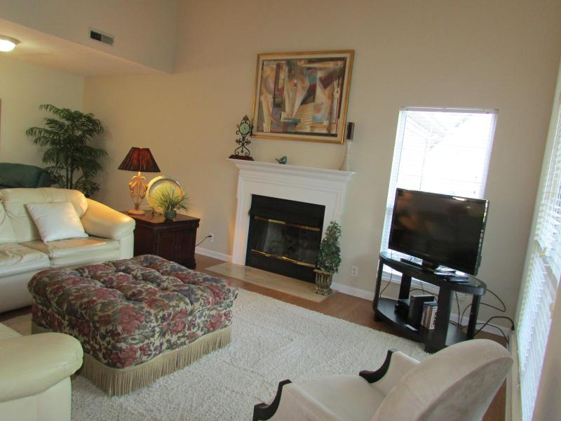 Vaulted ceilings, comfortable for the whole family to sit and visit. - Lovely Family Home 12-15 mins to Nashville - Nashville - rentals