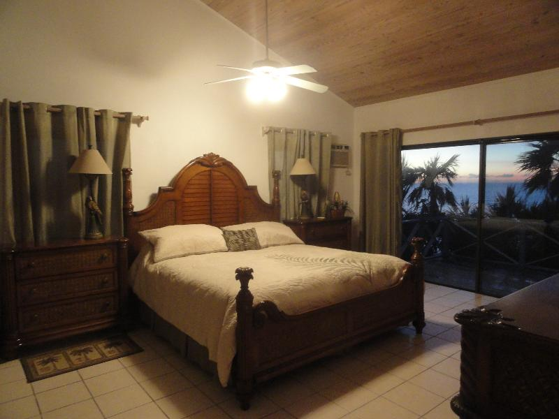 Wake to fantastic views to East and West - Secluded Waterfront Villa with 360 view - China - rentals