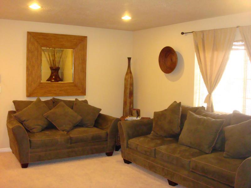 comfortable living room furniture - DOWNTOWN CONDO SLEEPS 6 7 MIN TO AIRPORT 30 TO SKI - Salt Lake City - rentals