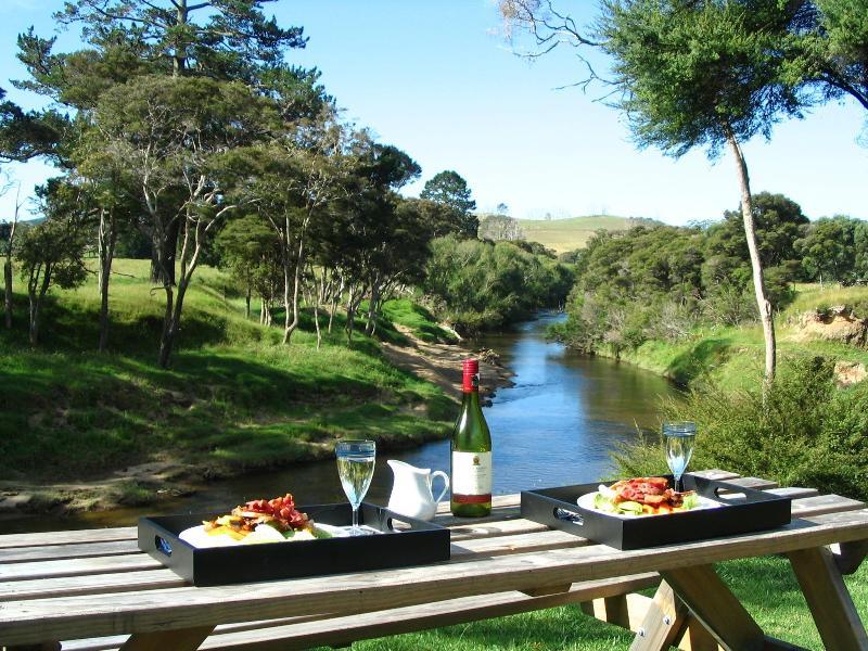 Picnic Dinner by the Waitangi River - Morepork Riverside Lodge - Paihia - rentals