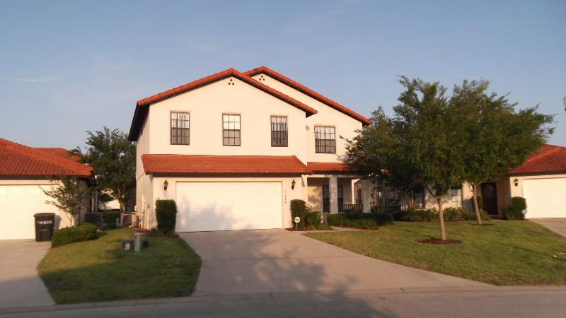 FRONT OF VILLA - Perfect location to explore, parks and Florida - Clermont - rentals