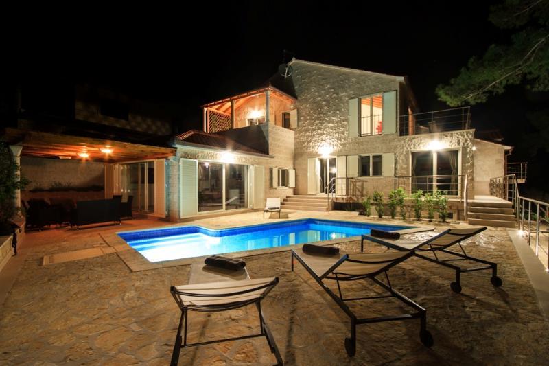 Villa Bila - Seafront villa with pool - Image 1 - Cove Puntinak (Selca) - rentals