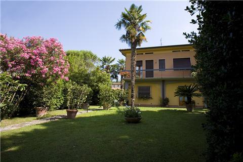 lato sud di villa celeste e parte del giardino - villa celeste - in villa e non, in famiglia e non - Lucca - rentals