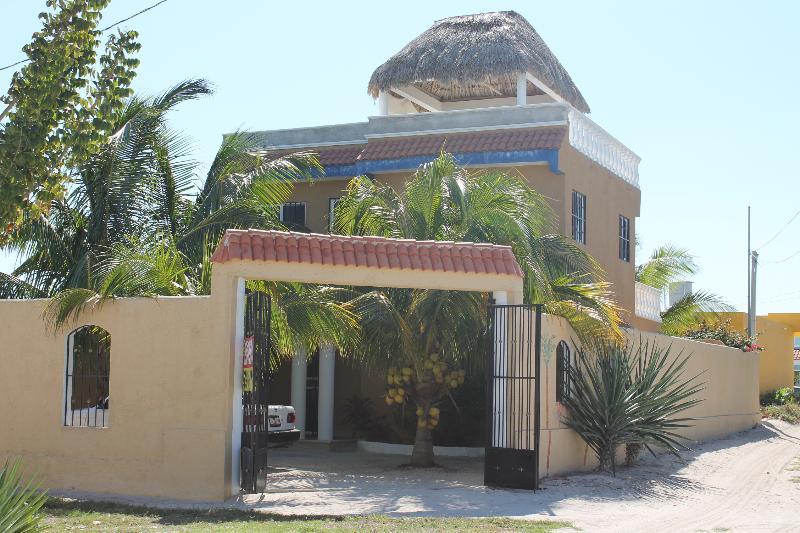 Front entrance to yard and house - Casa Maya Chelem, Yucatan - Chelem - rentals
