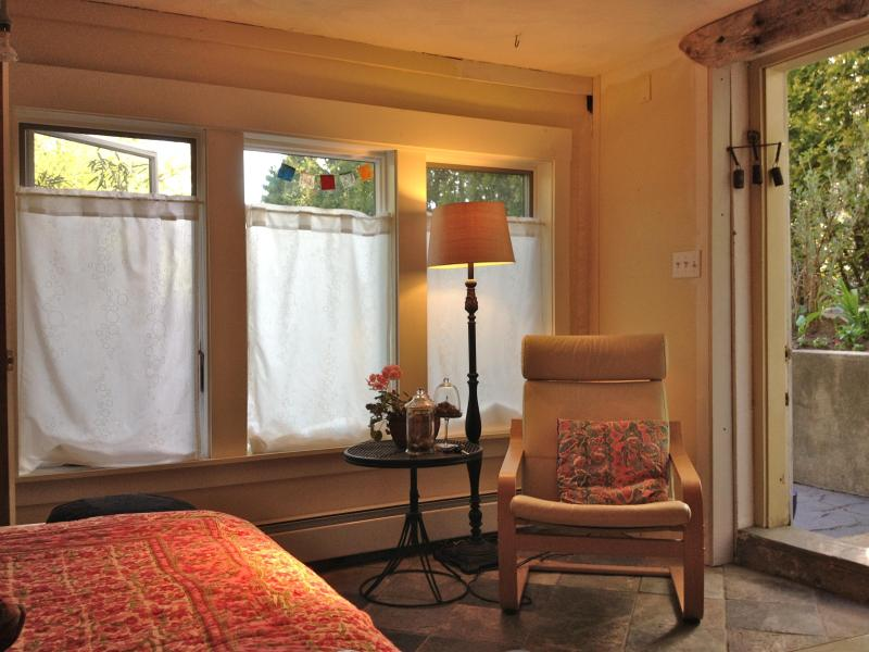 Light filled room - Room with private entrance - Arlington - rentals