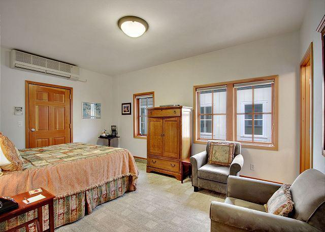 Suite Located in Downtown Friday Harbor! - (San Juan Suites - Channel Room) - Image 1 - San Juan Island - rentals