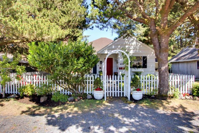 English-style, pet-friendly cottage 3 blocks from beach! - Image 1 - Cannon Beach - rentals