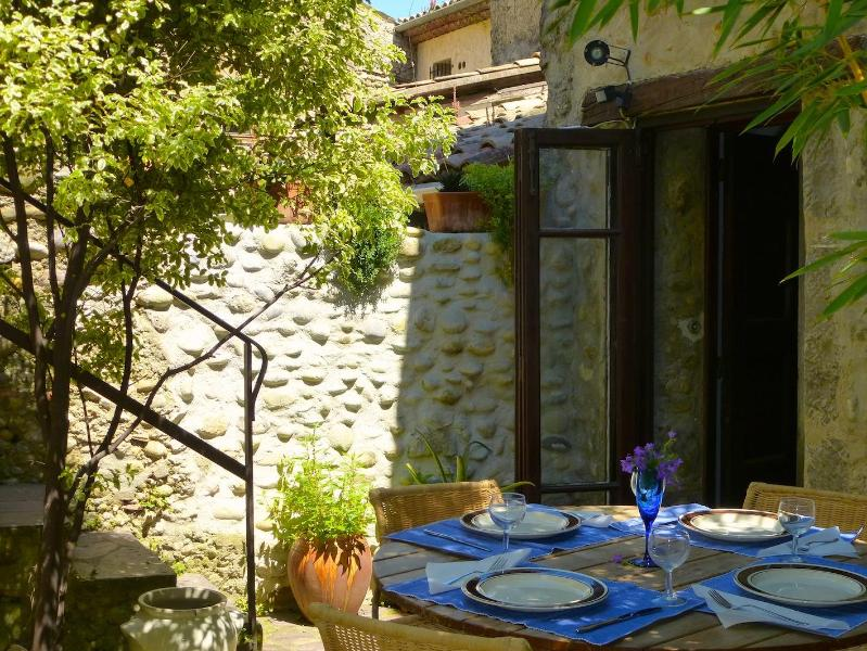 outside dining - Lovely Village Courtyard Home with WiFi - Cagnes-sur-Mer - rentals