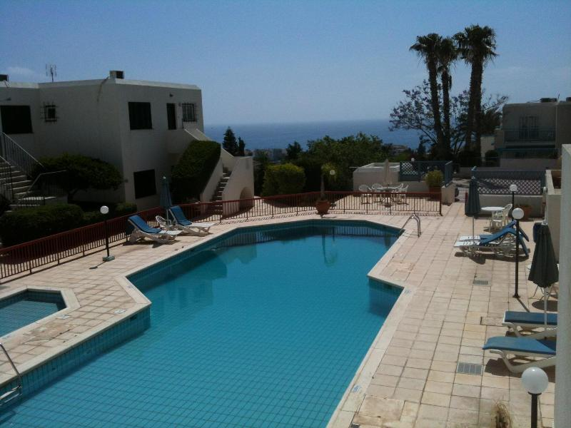 Pool with poolside sunbeds, umbrellas, toilets and shower. - Luxury apartment - Peaceful complex close to sea, - Chlorakas - rentals