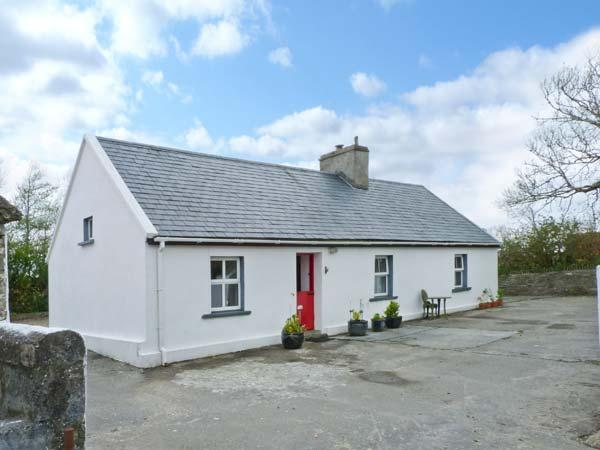 FARM COTTAGE, character single-storey cottage with woodburner, tranquil setting, ideal for touring, Kilmihil Ref 10443 - Image 1 - Crossmaglen - rentals