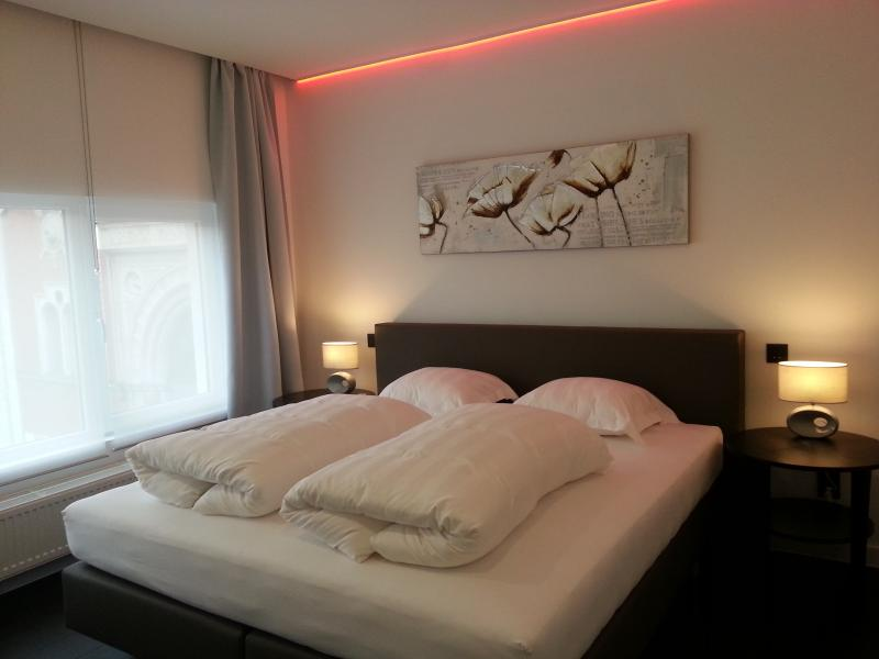 Bedroom with super king sized bed for sweet dreams and a colourful deep sleep. - NEW: Luxury apartment in Ghent city - Ghent - rentals