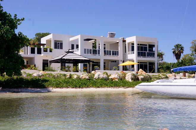 Right on the beach in a calm bay - beachfront villa Monicove - Whitehouse - rentals