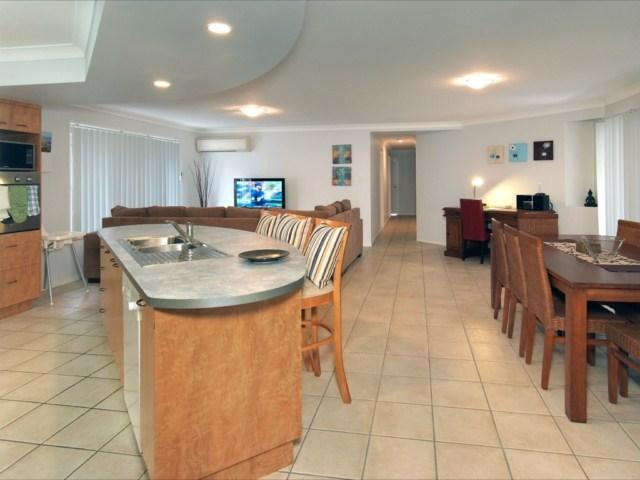 Spacious modern 4br holiday home in north Brisbane with great backyard! (pets ok) - Image 1 - Brisbane - rentals