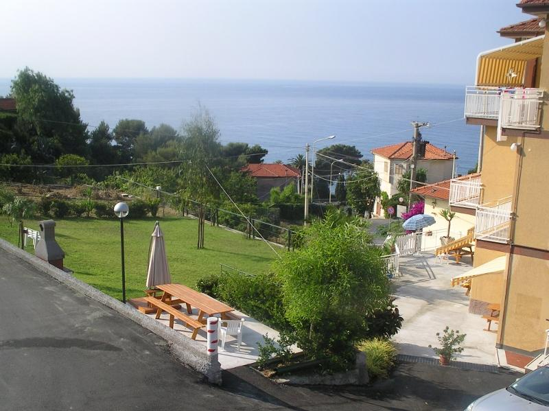 The garden in front of the studios - ORIONE studio apartment with garden near the sea - Cipressa - rentals