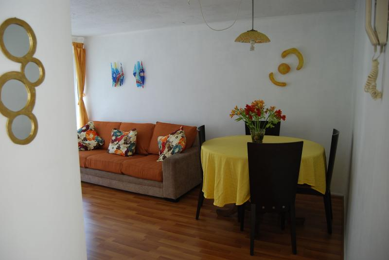 comedor con 4 sillas - Furnished apartment two blocks from the Metro Park Bustamente - Santiago - rentals