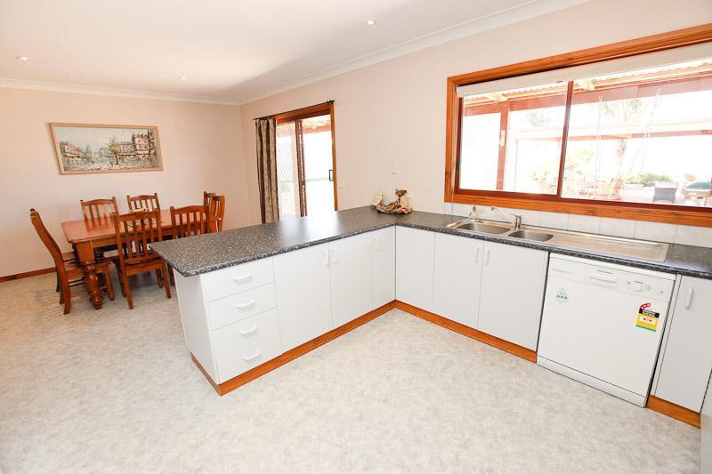 Kitchen and Dinning Room - Retreat On Deakin - Mildura - rentals