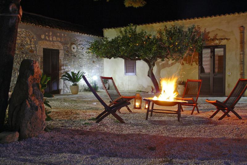 relaxing by the fire pit - cottage with spectacular country views - Trapani - rentals