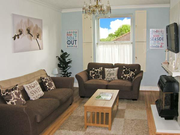SUNSHINE COTTAGE, family-friendly, close to beach, modern fittings in Kessingland, Ref 23503 - Image 1 - Kessingland - rentals