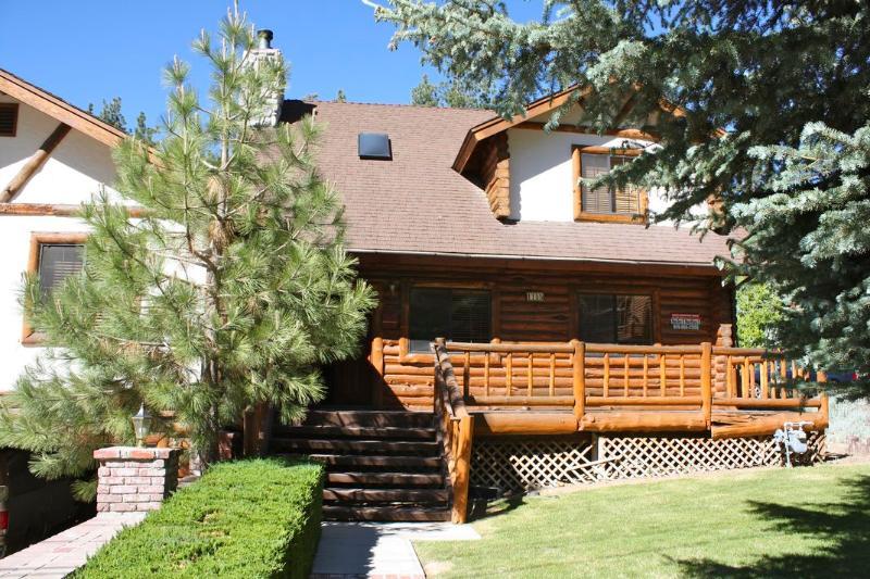 Exterior with 2 car garage - Beautiful Log Cabin by Ski and Golf - Wifi, FlatTV, Apple TV - Big Bear Lake - rentals
