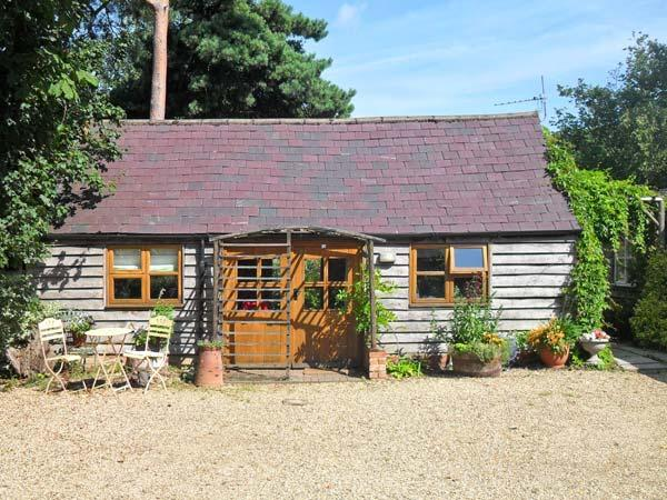 THE POTTERY, single-storey, romantic retreat, private patio, in village location, in Urchfont near Devizes, Ref 25807 - Image 1 - Devizes - rentals