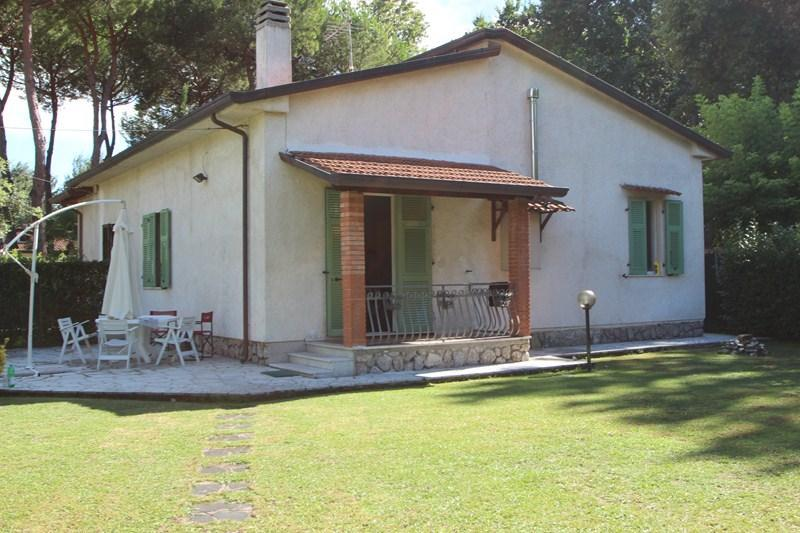 House with spacious garden 900m from the beach - Image 1 - Massa - rentals