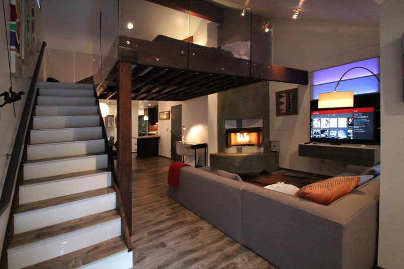 Enter a modern living space - Lexington Orange South: Modern & Private - Los Angeles - rentals