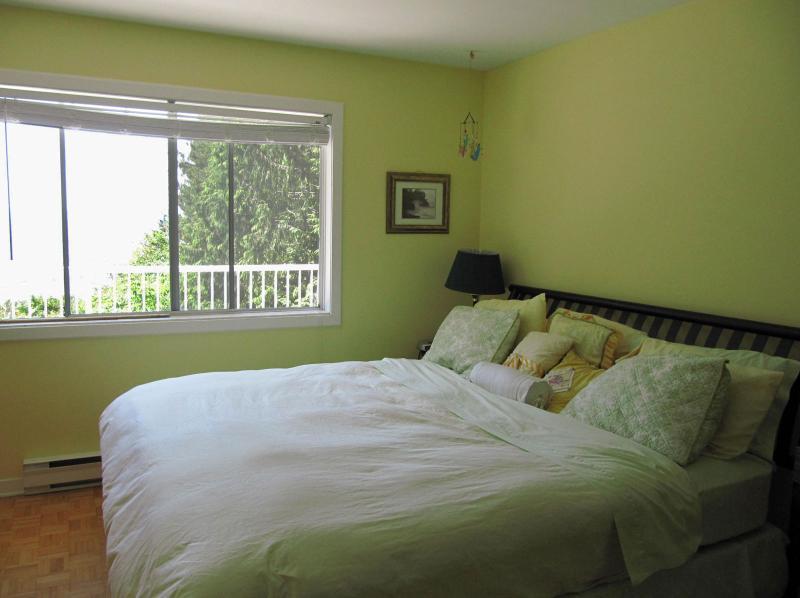 Main bedroom - Seacliff - Sooke - rentals