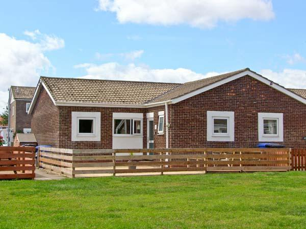 THE SNUG, single-storey cottage, enclosed decked area, close to beach, in Beadnell, Ref 25998 - Image 1 - Beadnell - rentals