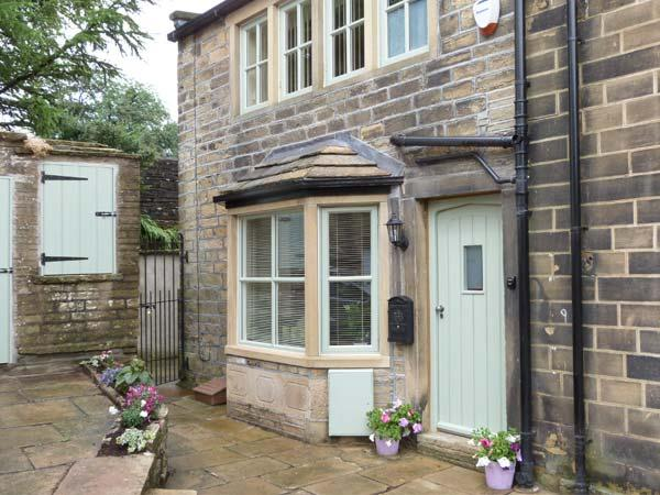CHLOE'S COTTAGE, luxury, stone-built cottage, central location, parking and courtyard, in Haworth, Ref 26945 - Image 1 - Haworth - rentals