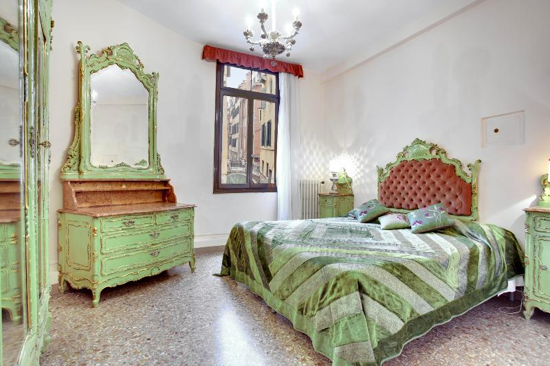 Double bedroom Venetian style - Apartment Ca' della Torre, located in San Marco, 5 minutes to Rialto and shopping boutiques - Venice - rentals