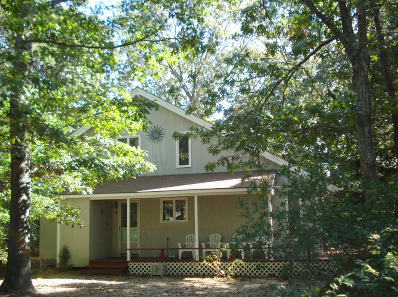 Secluded on a wooded lot on paved road - Simple, easy, comfortable MV island home - Oak Bluffs - rentals