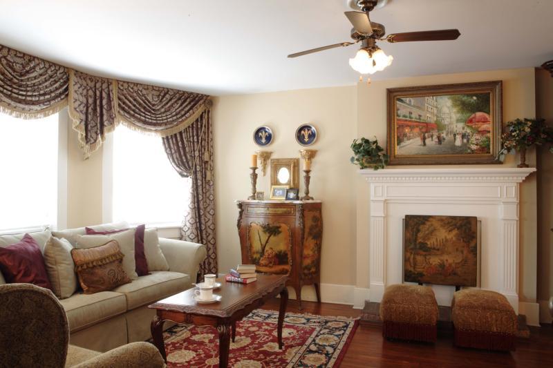 3BR, 2BA - Jones Street, Monterey Suite - Image 1 - Savannah - rentals
