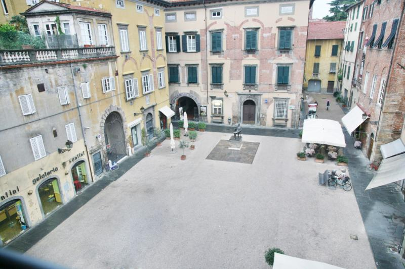 The square in front of the house - Bright apartment in Tuscany - Lucca centre - Lucca - rentals