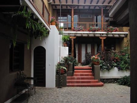 Cobblestone courtyard and garden - Large studio flat in Cuenca's historic district - Cuenca - rentals