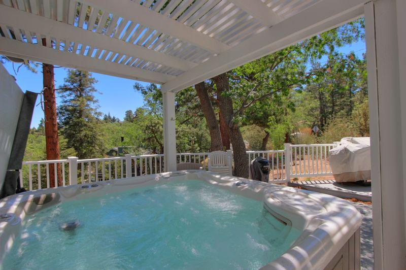The outdoor hot tub. - Ridge Top Retreat - Spa! Ping Pong! Pool Table! - Moonridge - rentals