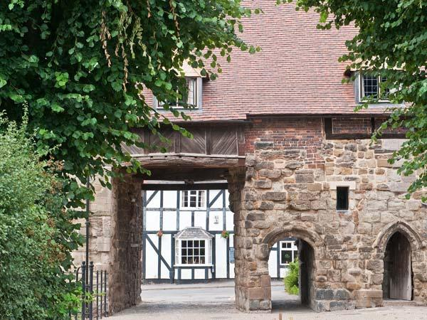 PORTER'S LODGE, over first and second floor of a medieval gatehouse, woodburner, parking, in Tamworth, Ref 27119 - Image 1 - Tamworth - rentals