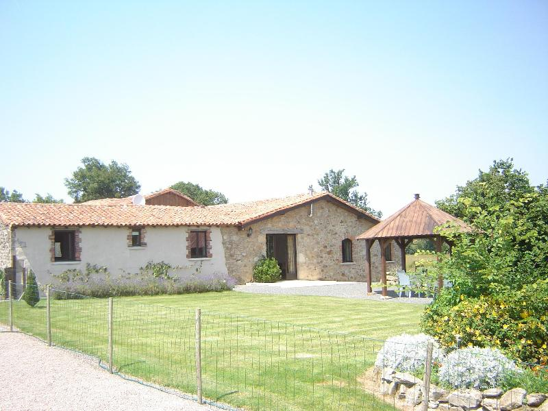 gite & garden with new gazebo to shelter from the sun and enjoy the surroundings - 4 bed cottage,sleeps 8, indoor heated pool,wifi, - Bressuire - rentals