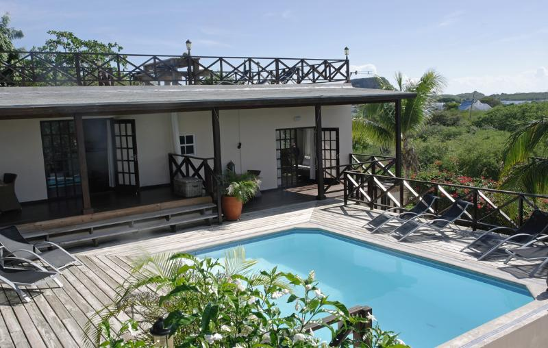 The shared pool downstairs can be seen from the sun terrace from the villa - Grand villa for 8 persons with magnificent view - Willemstad - rentals