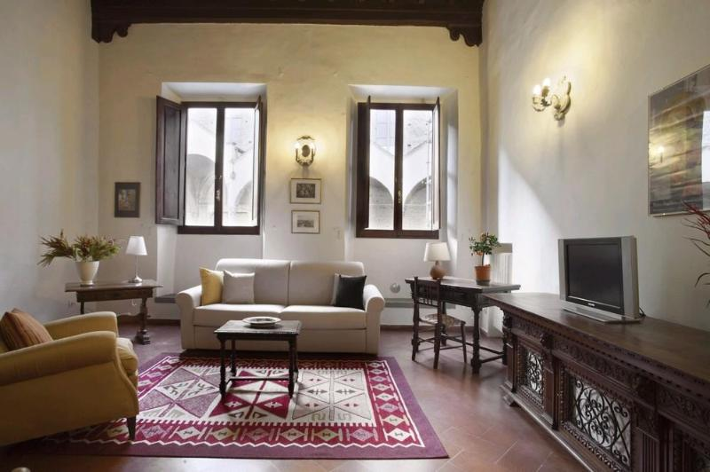 Living room - Cozy and Spacious Vacation Rental in Florence's Historic District - Florence - rentals