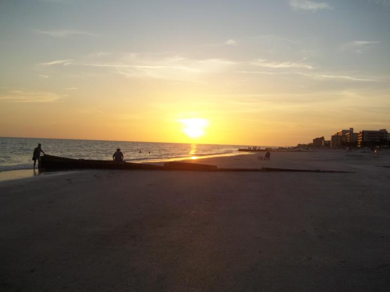 beautiful sunset - Quaint and charming studio cottage by the beach - Madeira Beach - rentals