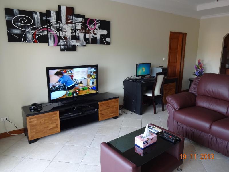 Newly upgraded lounge, TV & computer desk - 1-Bed Condo at Jomtien, close to beach and Pattaya - Pattaya - rentals