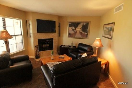 Living room with mountain views and flat screen TV - One Bedroom Condo at Skyline Villas with Mountain Views Near La Encantada Mall - Tucson - rentals