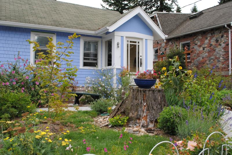 View from the street - Sweet 1920's cottage in North Seattle - Seattle - rentals