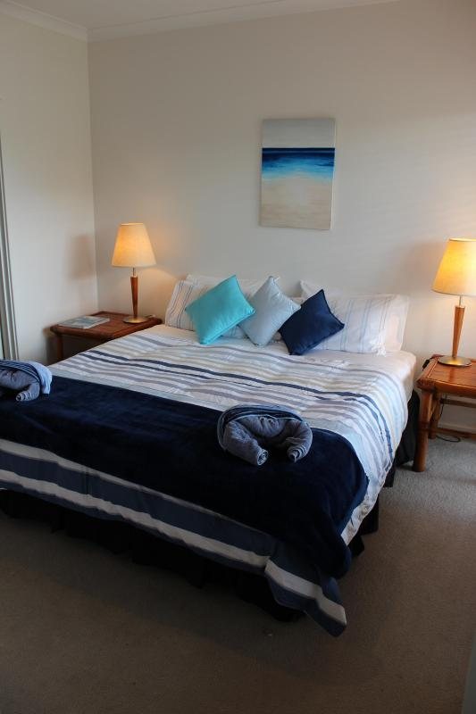 Master Bedroom King Bed - ensuite - Blue Waters Beach House Busselton - Margaret River - Busselton - rentals
