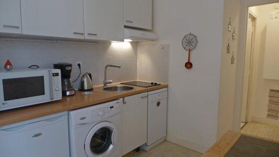 The kitchen and the entry the door on the left opens on the bathroom with the toilet - 933 One bedroom   Paris Le Marais district - Paris - rentals