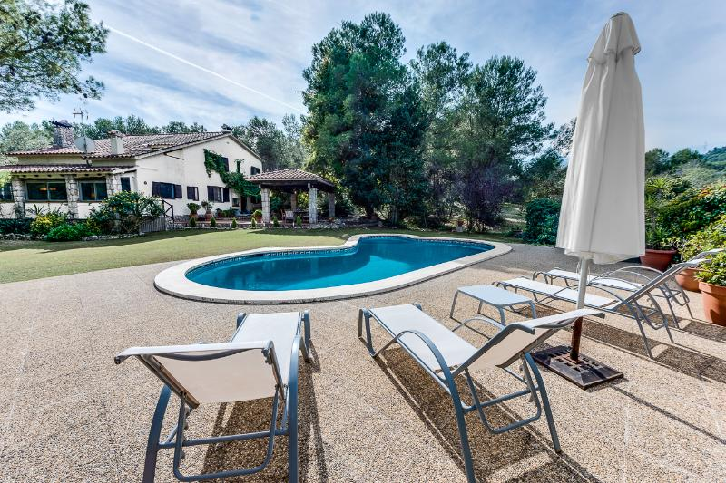 Rear view with pool - Beautiful Secluded Country Villa - Sitges - rentals