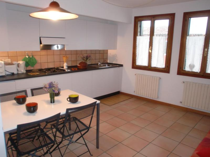 Living room with kitchen and sofa bed - Nice and Bright Apartment Olga, near Fondamenta Nuove, Campo Santi Apostoli and Rialto - Venice - rentals