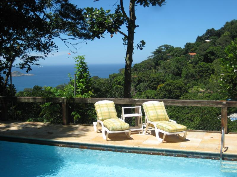 The sea on the background of the pool - B&B STUDIO near beach , forest & mountain. - Rio de Janeiro - rentals