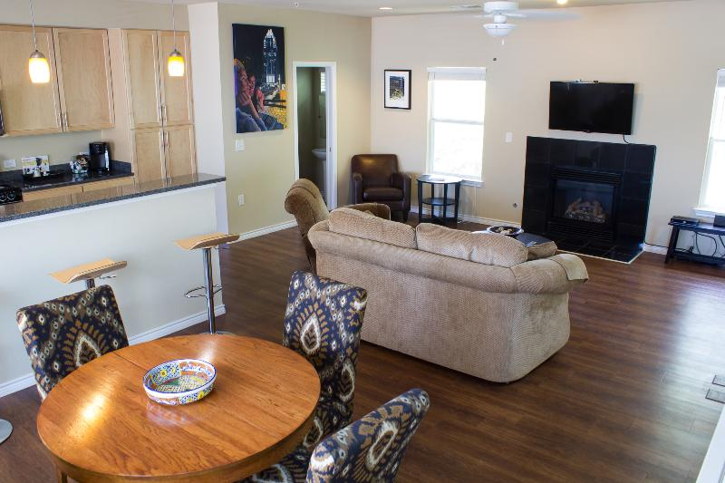 Good space for entertaining or relaxing with gas fireplace and half bath - SoCo Urban Retreat close to everything Austin - Austin - rentals